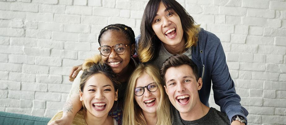 fünf lachende junge Menschen