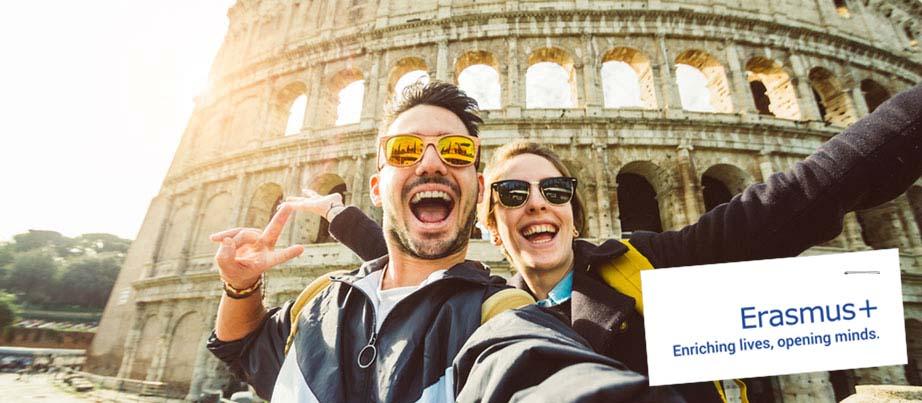 Ein junger Mann und eine junge Frau vor dem Kolosseum in Rom.