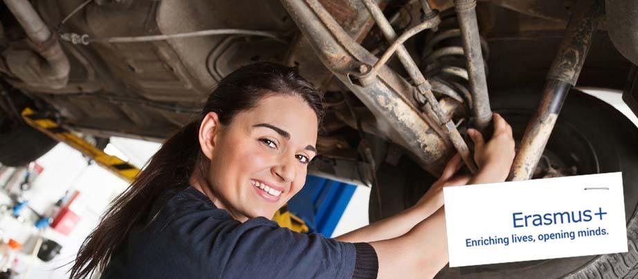 Eine junge Frau repariert ein Auto.