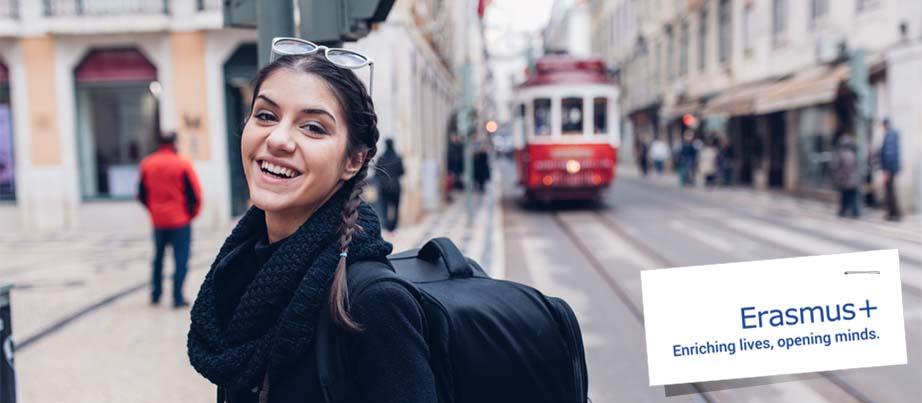 Eine junge Frau beim Auslandspraktikum in Lissabon.