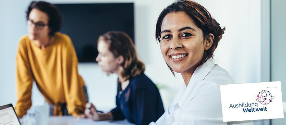 Arbeitssituation zweier Auszubildender und einer Ausbilderin in einem Büro