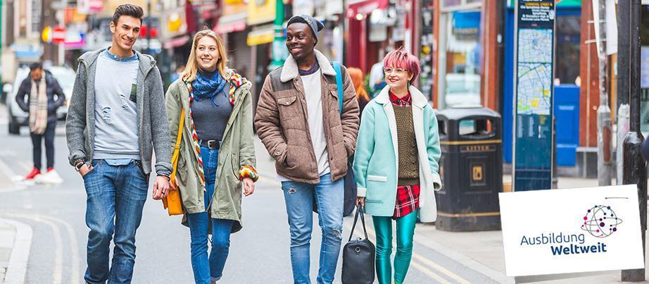 Vier Jugendliche spazieren durch eine Straße in London