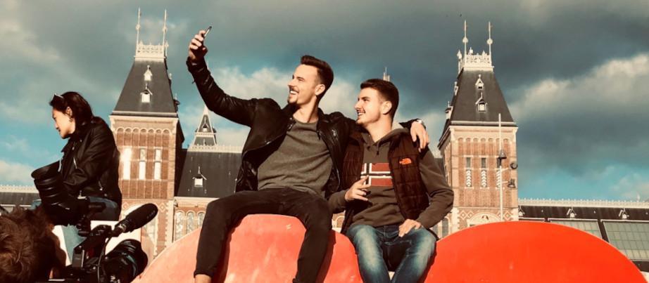 Leon und Leon machen ein Selfie in Amsterdam