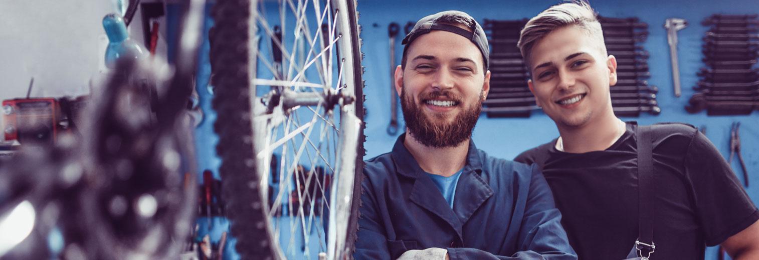 Zwei Auszubildende in einer Fahrradwerkstatt